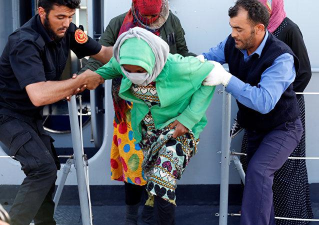 Los rescatistas ayudan a los refugiados libios