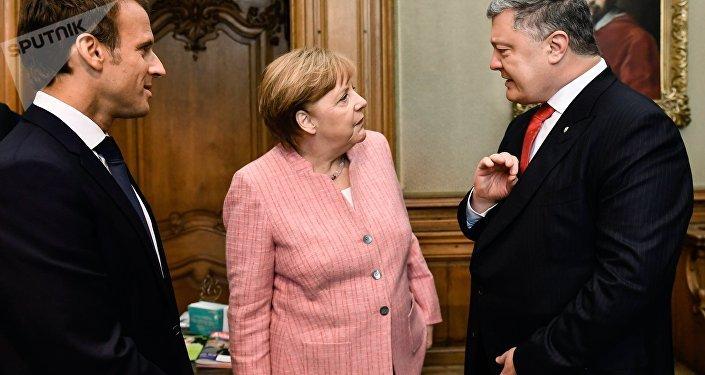 El presidente de Francia, Emmanuel Macron, la canciller de Alemania, Angela Merkel, y el presidente de Ucrania, Petró Poroshenko