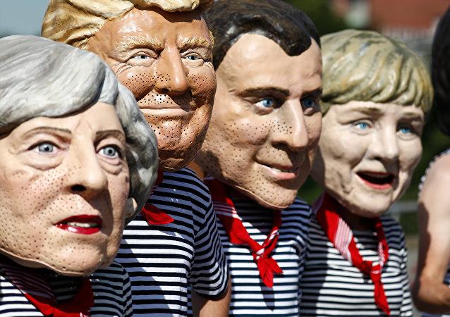 Unos activistas disfrazados de la primera ministra del Reino Unido, Theresa May, del presidente de EEUU, Donald Trump, del presidente de Francia, Emmanuel Macron, y de la canciller de Alemania, Angela Merkel