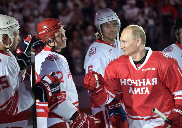 Cinco goles a puerta: así se movió Putin sobre el hielo durante un partido de hockey benéfico