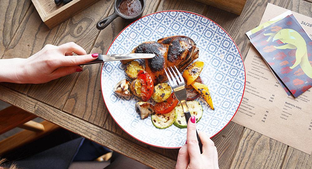 Un plato de pollo en el restaurante 26/28 Grill