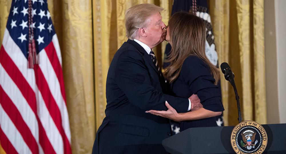 Donald Trump saluda a su esposa Melania con un beso en la mejilla