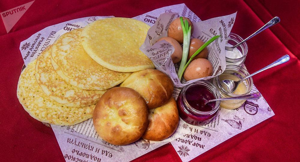Pandzhakai y crepes de mijo que se llaman pachat
