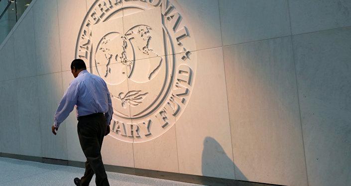 Logo del FMI en la sede de la organización en Washington