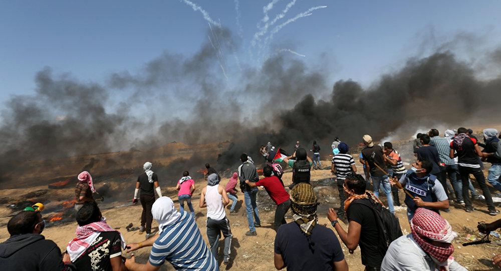 Enfrentamientos entre los soldados palestinos y los manifestantes palestinos en la frontera entre la Franja de Gaza e Israel