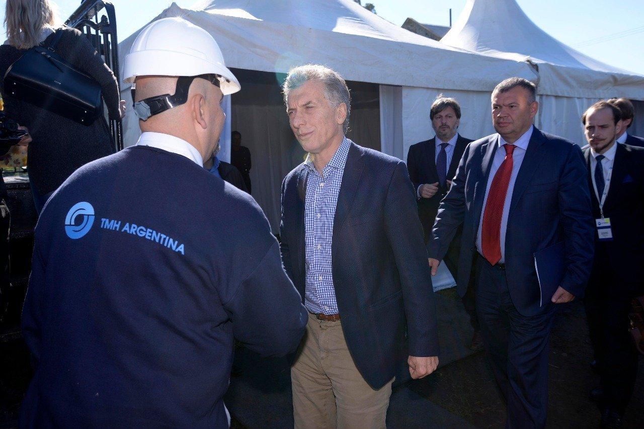 El presidente Mauricio Macri y Andrei Bokarev presidente de TMH saludando a los empleados.