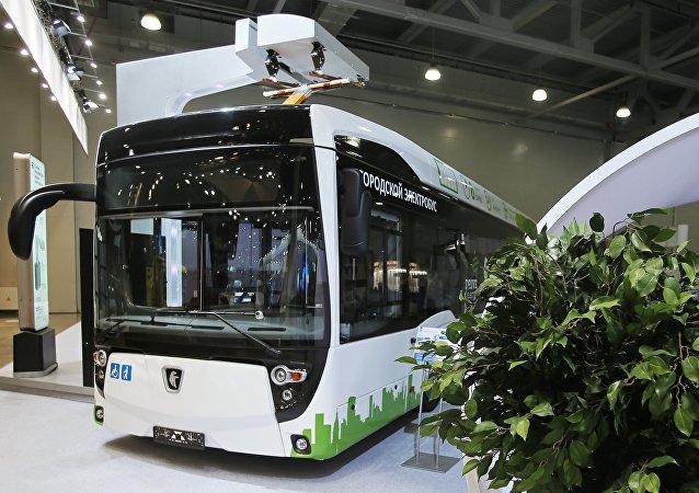 El autobús eléctrico KAMAZ-6282 en una feria automotriz en Moscú (archivo)