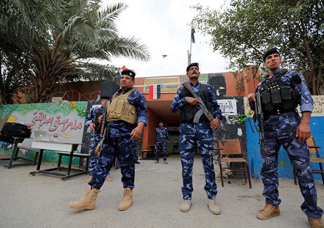 Fuerzas de seguridad de Irak cerca de un centro de votación
