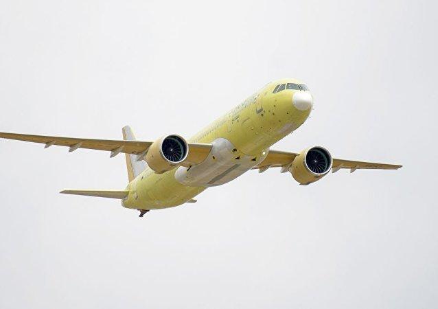 El segundo prototipo del avión de pasajeros ruso MC-21-300 durante su primer vuelo en mayo de 2018