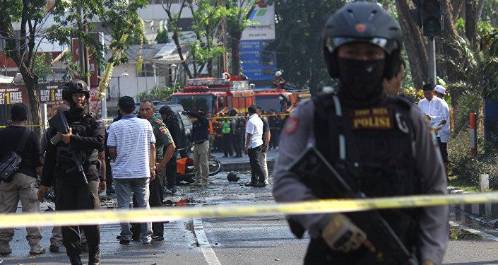 La policía en el lugar de la exploción en Surabaya
