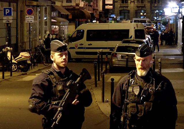 La policía francesa tras el ataque con cuchillo en París