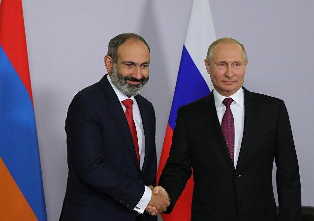 El jefe del Gobierno armenio, Nikol Pashinián, y Vladímir Putin, presidente de Rusia
