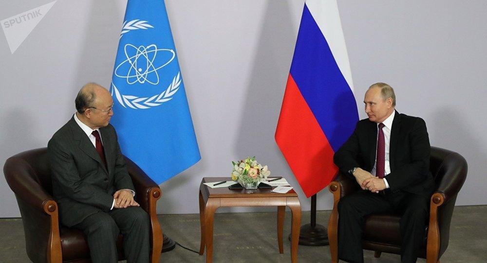 El director general del Organismo Internacional de la Energía Atómica, Yukiya Amano y el presidente de Rusia, Vladímir Putin
