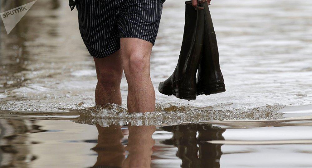 Un humbre cruza una calle inundada (foto referencial)