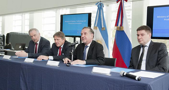 (De izq. a der.) El representante comercial de Rusia en Argentina, Sergey Derkach, el embajador Viktor Koronelli, el ministro Lino Barañao y el vicepresidente de Skólkovo, Yuri Saprykin, durante la apertura del evento