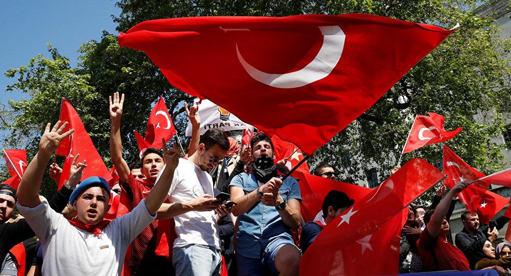 Manifestantes con las banderas de Turquía en Londres, Reino Undio