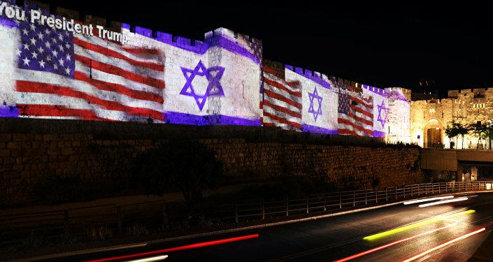 Una imagen proyectada de las banderas de EEUU e Israel en las murallas de Jerusalén