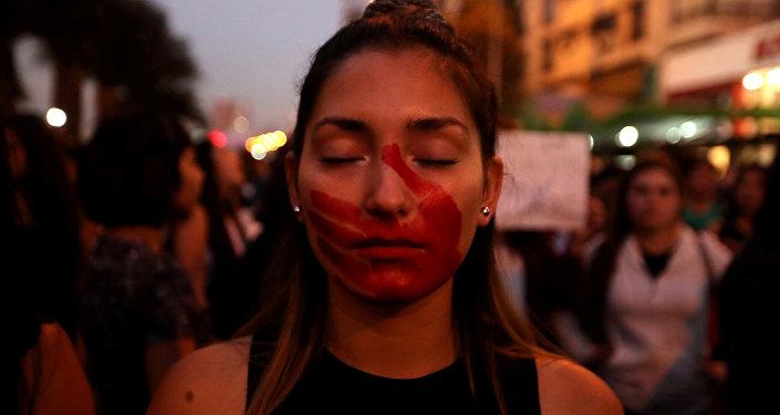 Una mujer protesta en contra desigualdad de género