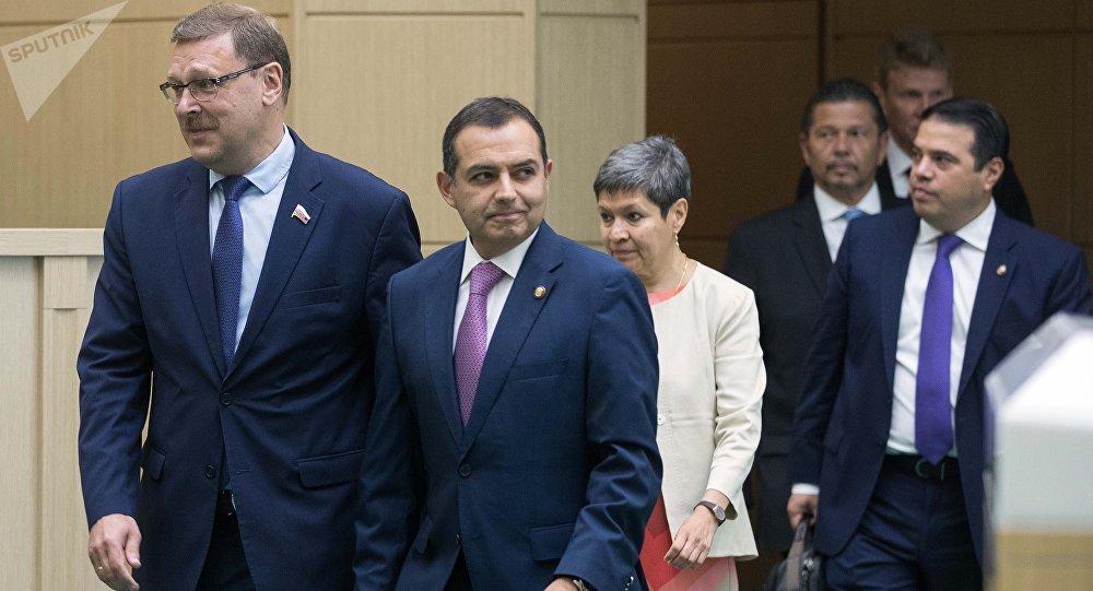 Konstantín Kosachov, presidente del Comité de Asuntos Exteriores del Consejo de la Federación y el presidente del Senado de México, Ernesto Cordero