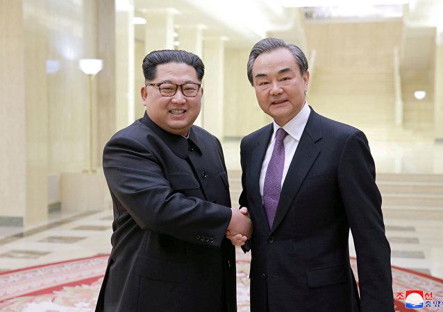 Líder de Corea del Norte, Kim Jong-un, y canciller de China, Wang Yi