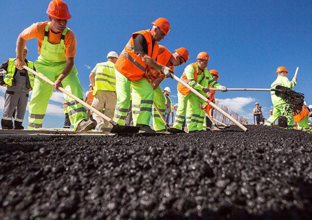 Se pone el asfalto en el puente de Crimea