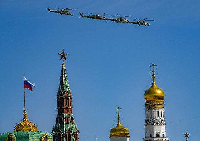 Helicópteros Mi-24 durante la parte aérea del Desfile de la Victória de 2018 en Moscú