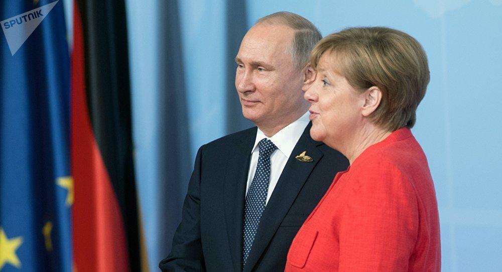 El presidente de Rusia, Vladímir Putin y la canciller de Alemania, Angela Merkel