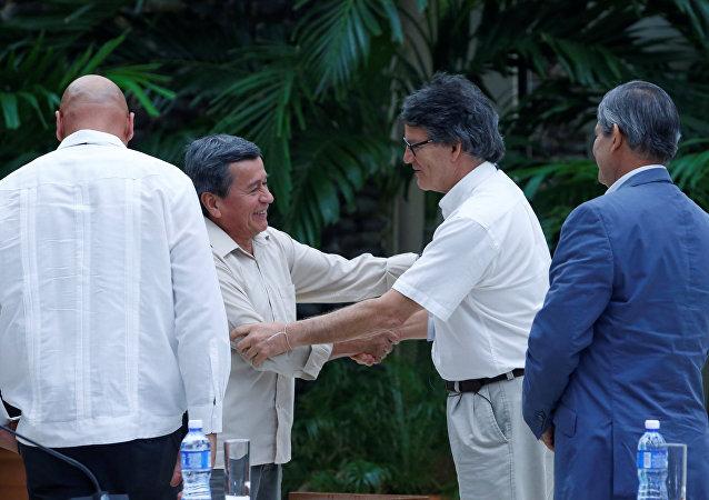 Las negociaciones de paz entre Pablo Beltran, el representante de ELN, y Gustavo Bell, el representante del Gobierno de Clolmbia en la Habana, Cuba