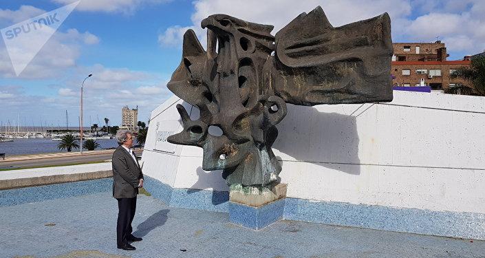Ilya Altman visitando Plaza monumento a las víctimas del genocidio armenio en Montevideo