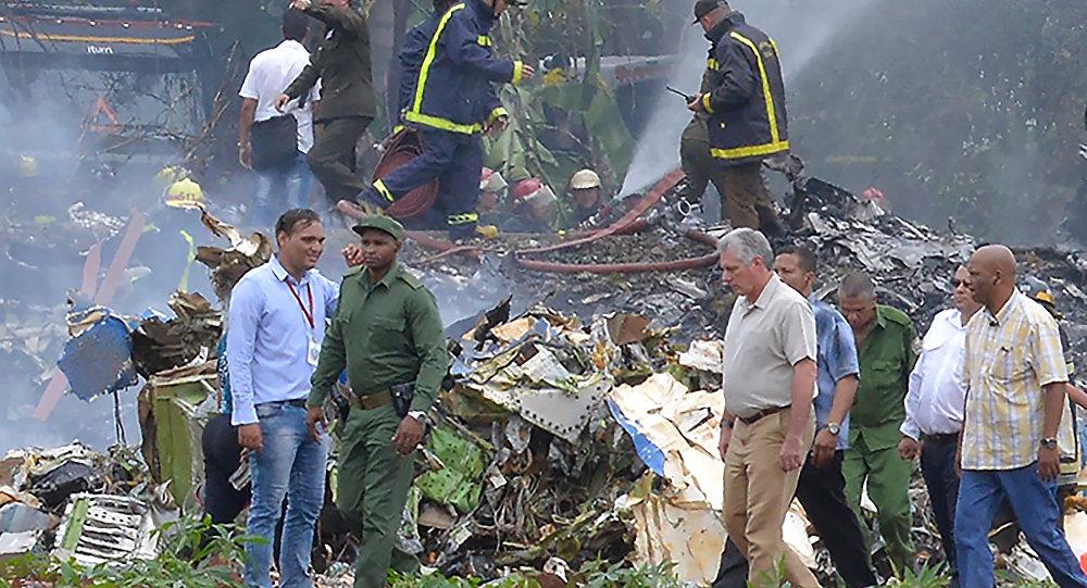 Miguel Díaz-Canel en el lugar del siniestro del avión Boeing 737