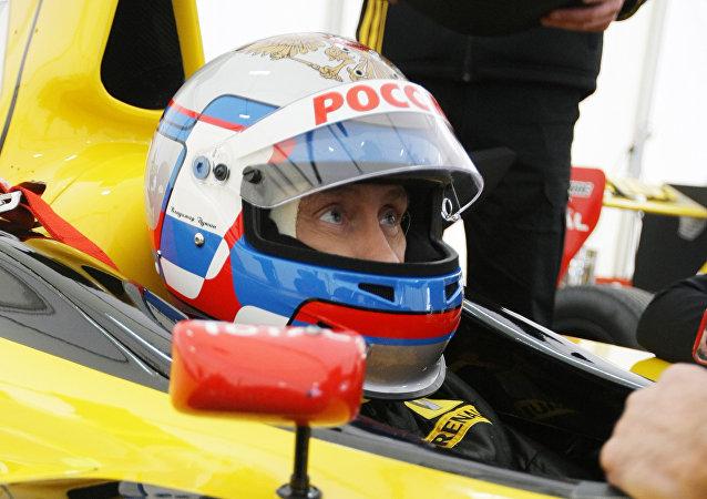 Vladímir Putin, presidente de Rusia, en un vehículo de Formula Uno