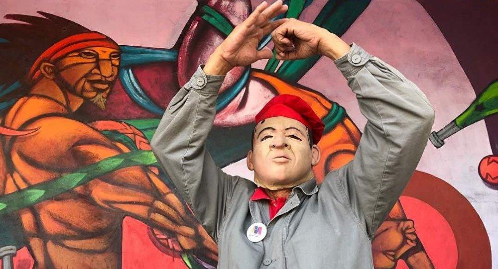 Un venezolano con la careta de Chávez durante las elecciones presidenciales venezolanas de 2018