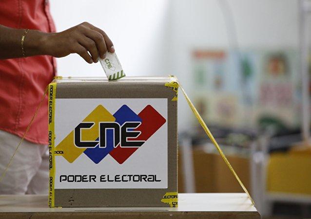 Un ciudadano venezonalo está votanto en las elecciones presidenciales en Caracas, Venezuela (archivo)