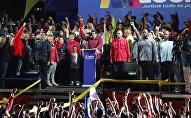 El presidente electo venezolano, Nicolás Maduro, saluda a sus partidarios tras conocerse los resultados de las elecciones.