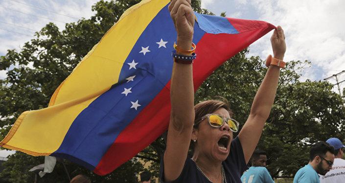 Una opositora del presidente venezolano Nicolás Maduro grita algo