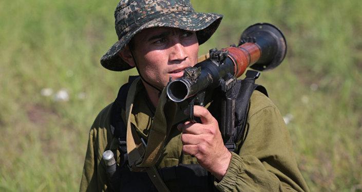 Un militar de Uzbekistán