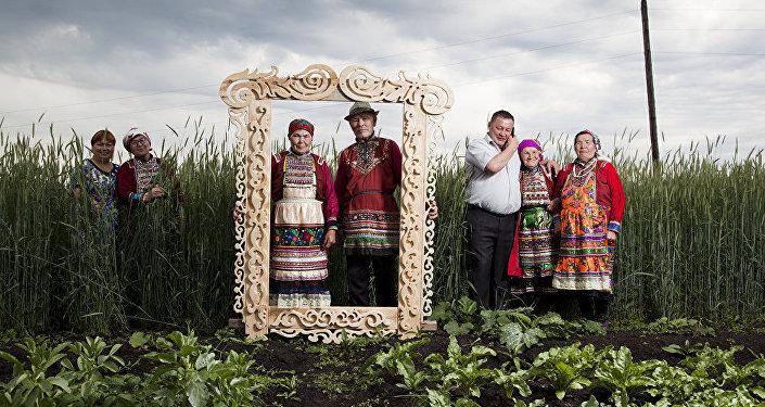 'Habitantes de Mari-El en la región de Ural usan trajes tradicionales' por Fyodor Telkov