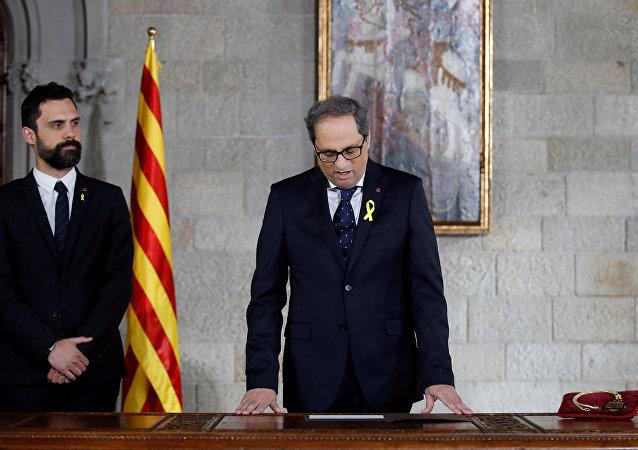 Roger Torrent, presidente del Parlamento de Cataluña, y Quim Torra, nuevo presidente de la Generalitat de Cataluña, durante la ceremonia de toma de posesión de Torra