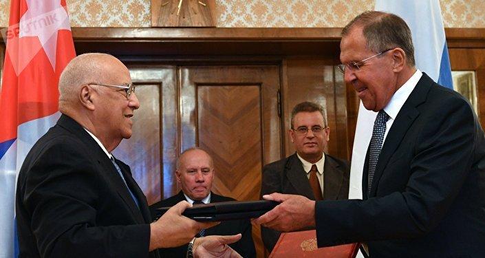 El ministro de Economía y Planificación de Cuba, Ricardo Cabrisas, y el canciller ruso, Serguéi Lavrov