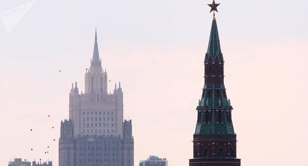 Una de las torres del Kremlin y el Ministerio de Asuntos Exteriores de Rusia