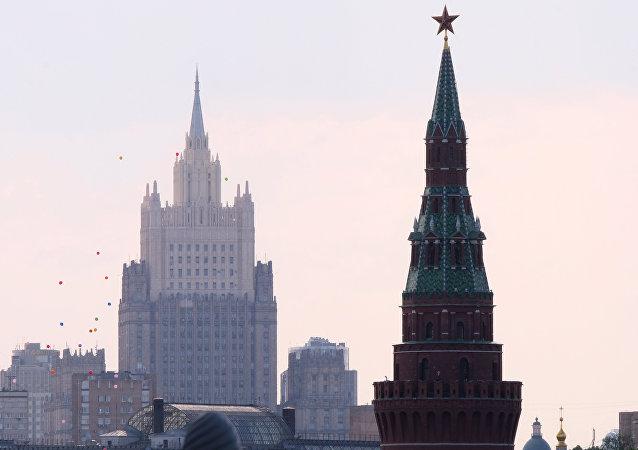 Una de las torres del Kremlin y el Ministerio de Asuntos Exteriores de Rusia (imagen referencial)