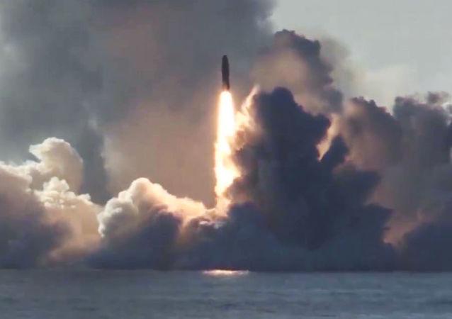 El momento exacto del lanzamiento de 4 misiles balísticos Bulava desde un submarino ruso