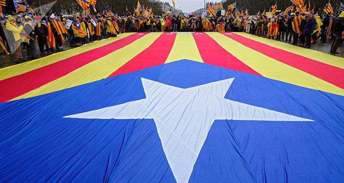 Manifestantes con la bandera independentista de Cataluña