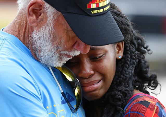 Familiares y amigos lloran las víctimas del tiroteo de Santa Fe (Texas), 21 de mayo de 2018
