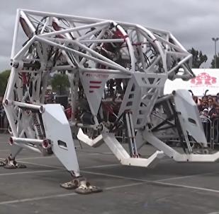 ¡Este gigantesco y temible robot de carreras no te dejará indiferente!
