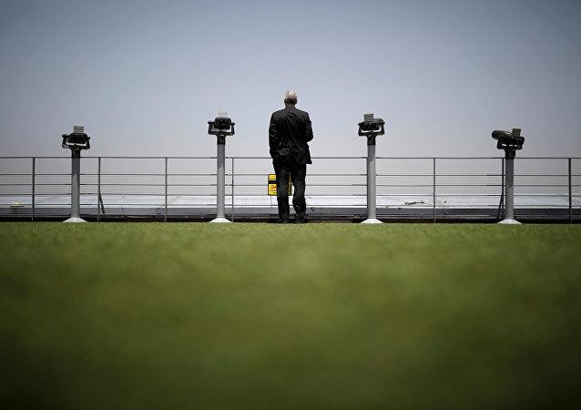 Un hombre en la plataforma de observación en la zona desmilitarizada entre las dos Coreas