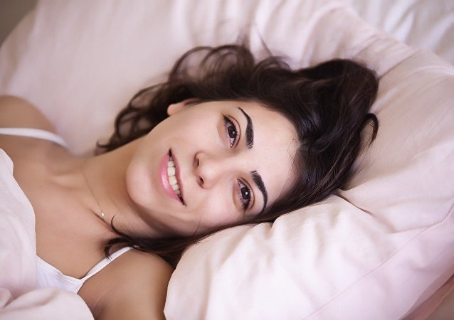 Una mujer feliz en la cama