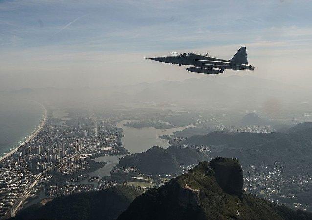 Avión militar F-5 de Brasil