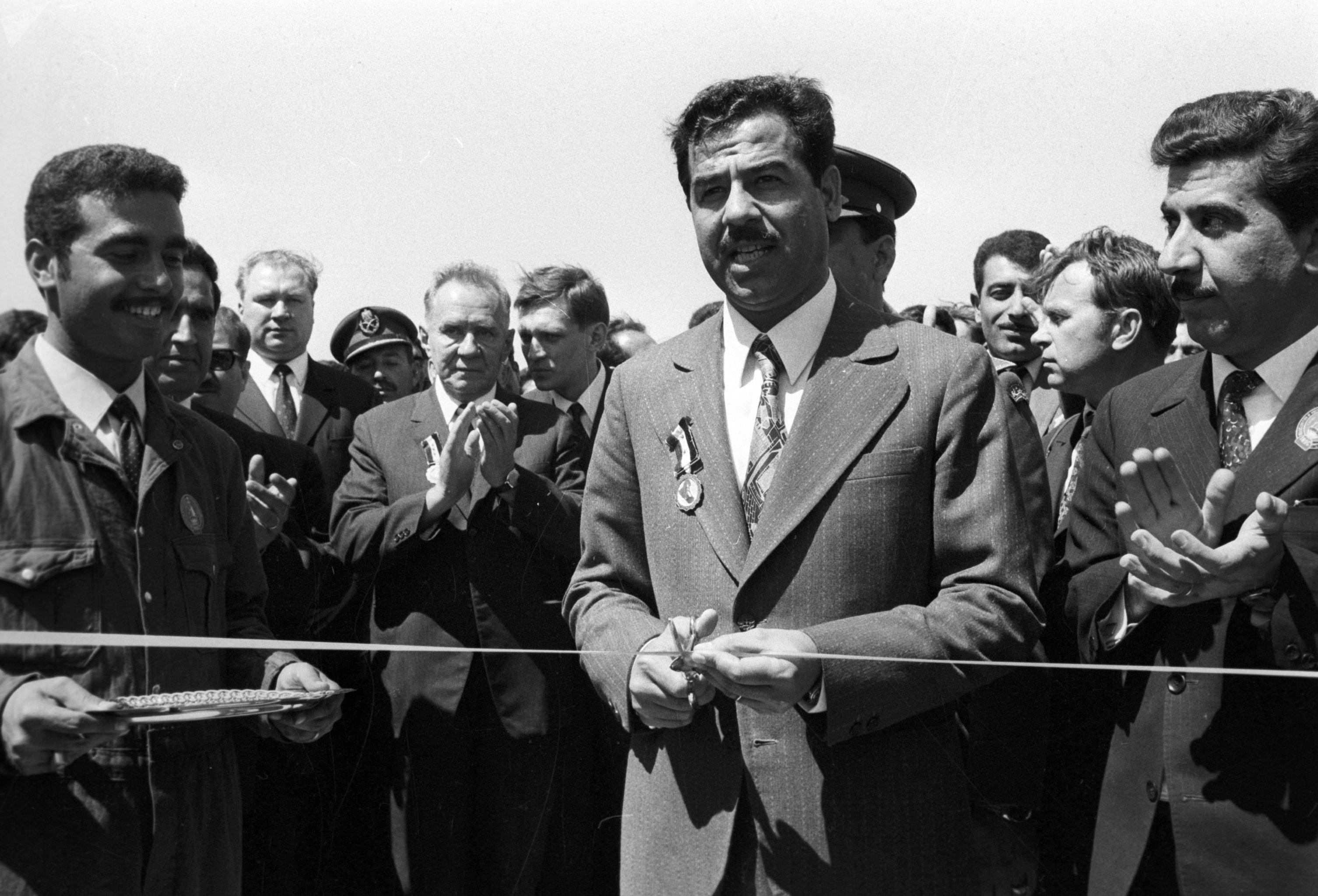 El presidente del Consejo de Ministros de la URSS, Alexéi Kosiguin, y el vicepresidente del Consejo del Comando Revolucionario de Irak, Sadam Husein, durante la ceremonia de apertura de una instalación petrolera