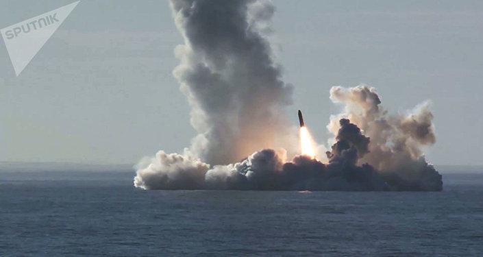 Lanzamiento de misiles Bulava desde el submarino Yuri Dolgoruki (imagen referencial)